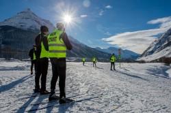 Personnes non-voyantes avec leurs moniteurs de ski